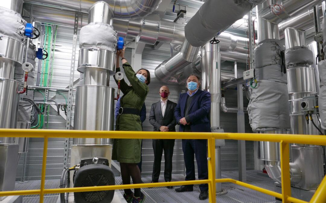 Minister van Energie Demir draait kraan open van coöperatief warmtenet